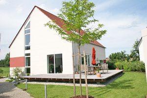 Fenster Treppenhauselement Neubau weiß Kunststoff Holzterrasse